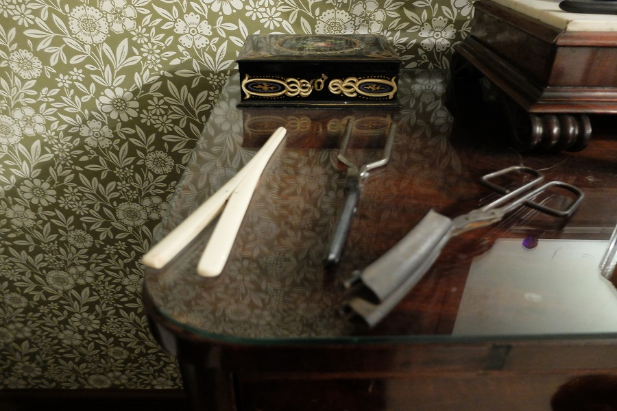 Curling tongs and glove stretchers